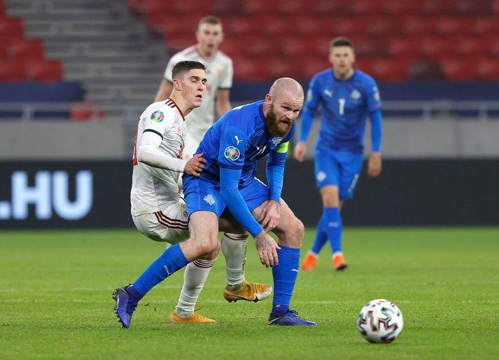 Aron Einar Gunnarsson fór meiddur af velli þegar skammt var til leiksloka, en þá var Ísland 1-0 yfir.