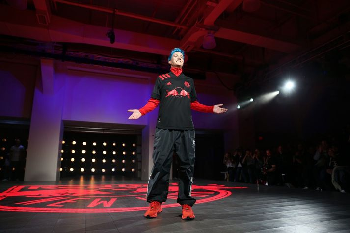 Ninja, eða Tyler Blevins, er líklegast vinsælasti streymari heimsins. Hann og Shroud, annar vinsæll streymari, standa nú frammi fyrir vali um að snúa sér að Facebook Gaming eða fara aftur á Twitch.
