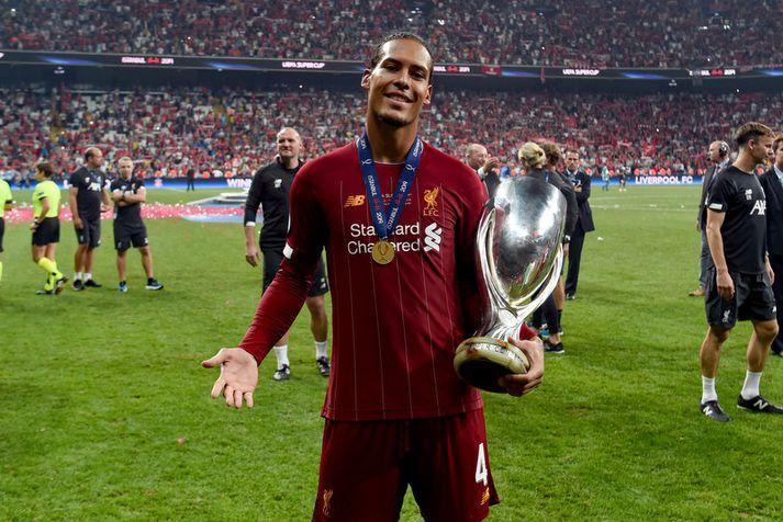 Virgil van Dijk með Ofurbikar Evrópu sem hann vann í gær með Liverpool.