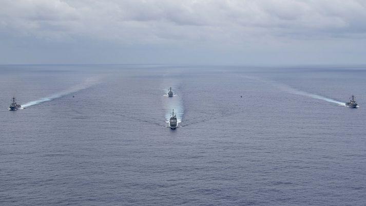 USS Normandy er hér fyrir miðju og Farragut til vinstri.
