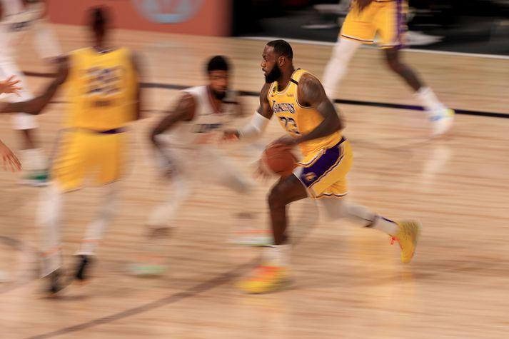 LeBron James á ferðinni gegn LA Clippers í nótt.