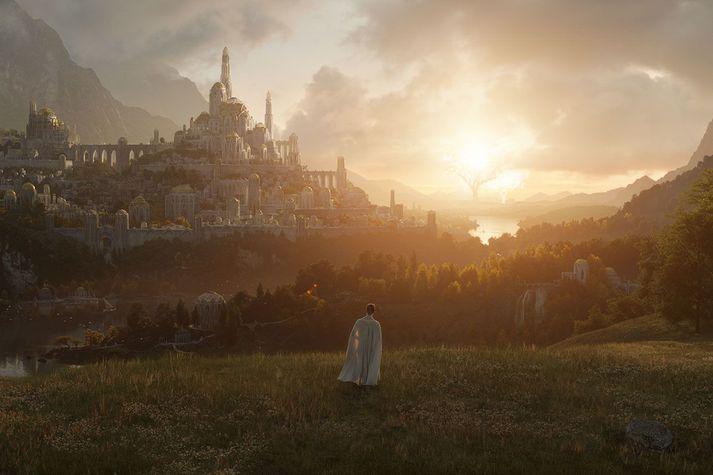 Hæer má sjá persónu úr þáttunum horfa í átt að Minas Tirith, höfuðborg Gondor.