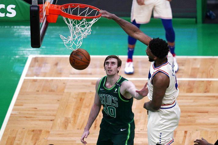 Joel Embiid treður yfir Luke Kornet í sigrinum gegn Boston Celtics í nótt.