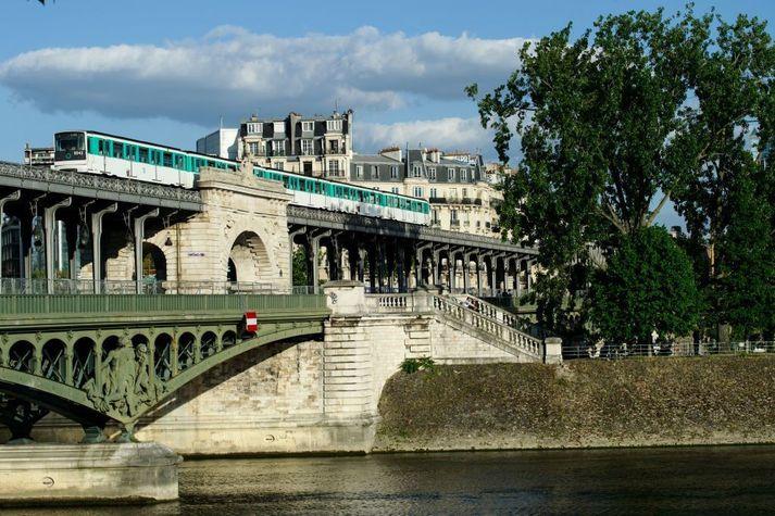Bir Haken brúin í París.
