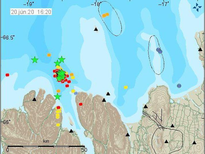 Jarðskjálftavirkni hefur verið mjög mikil norður af Eyjafirði síðasta sólarhringinn.