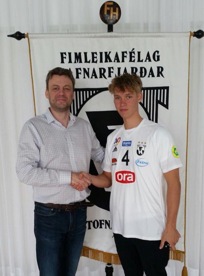 Jóhann og Ásgeir handsala samninginn.