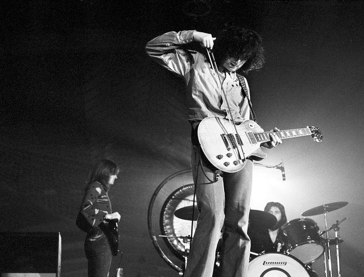 Jimmy Page mundar Gibson-gítar á tónleikum á síðustu öld.