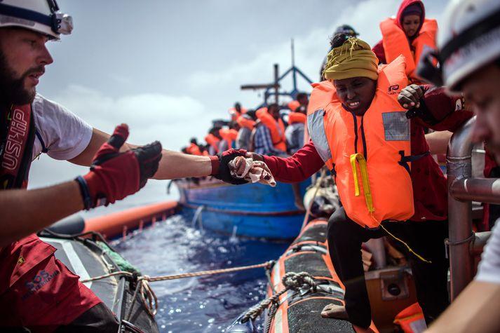 Björgunarsveitarmenn á vegum SOS Mediterranee björguðu 629 manns um helgina.