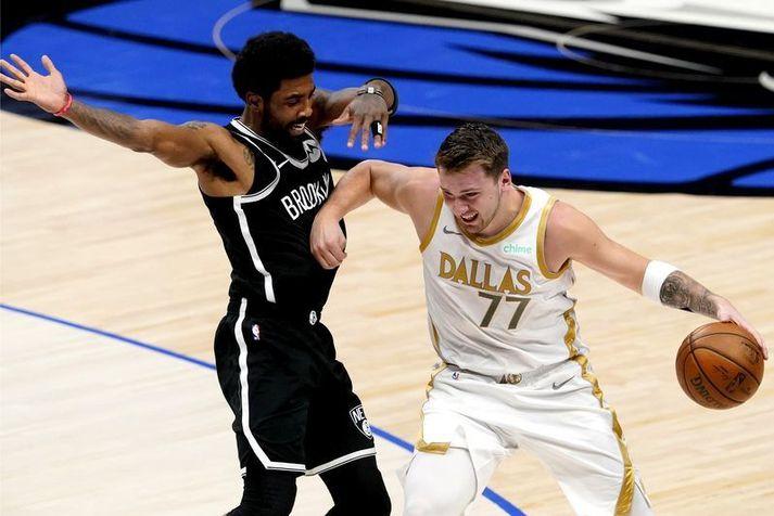 Luka Doncic fer framhjá Kyrie Irving í sigri Dallas Mavericks á Brooklyn Nets í nótt.