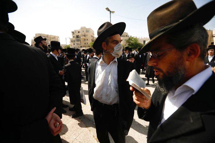Syrjendur við útför rabbínans Eliezer Goldberg, sem lést í slysinu.
