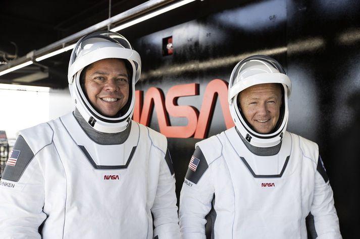 Bob Behnken og Dough Hurley í geimbúningum SpaceX.