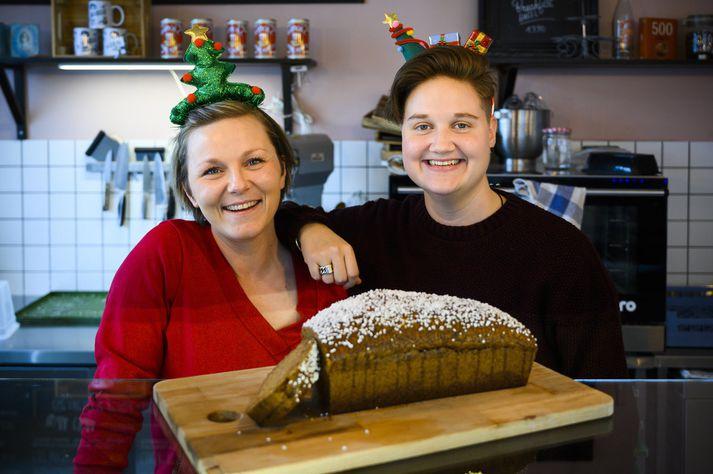 Emilie Zmaher og Bo Rotgans standa vaktina á kaffihúsinu.