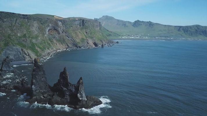 Horft yfir Reynisdranga í átt til Víkur.