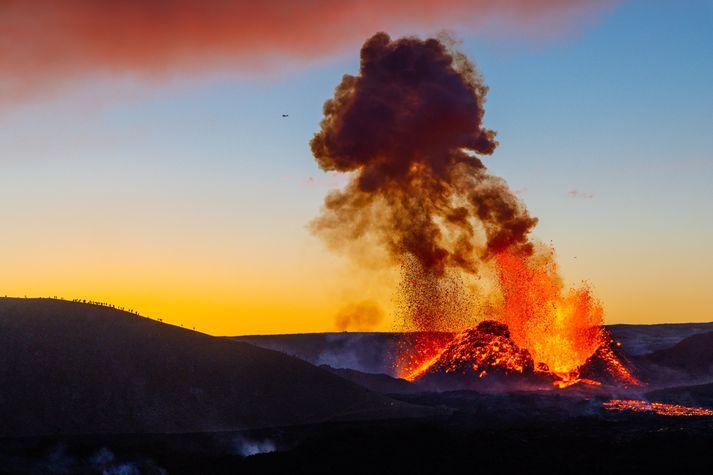 Ekkert lát virðist vera á hraunflæðinu í Geldingadölum.
