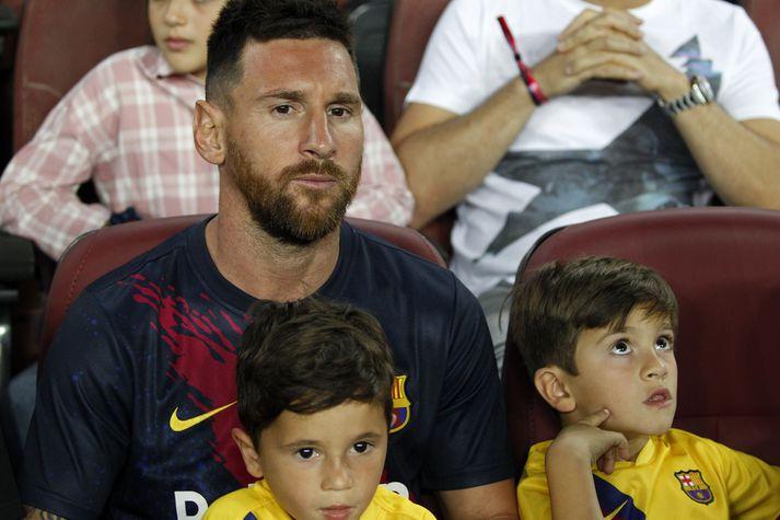 Messi á leik Barcelona á dögunum með börnum sínum.