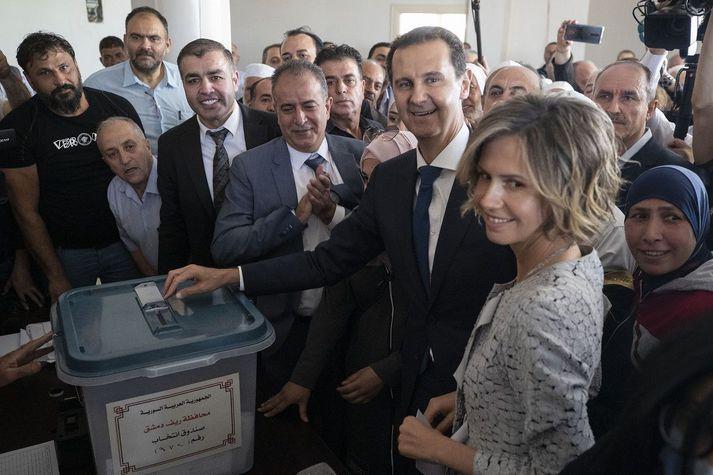 Bashar Assad og eiginkona ohans Asma á kjörstaði í Douma.