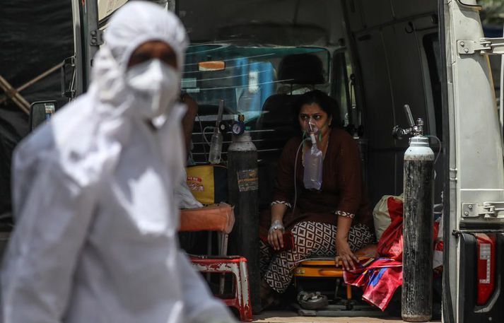Heilbrigðisstarfsmenn í Mumbai sinna sjúklingi sem grunur leikur á um að sé smitaður af Covid-19.
