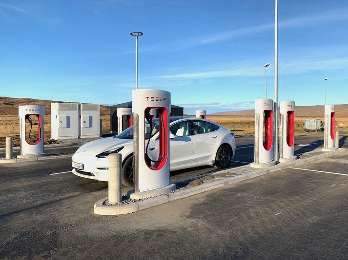 Tesla Model 3 á hleðslubás við Staðarskála.