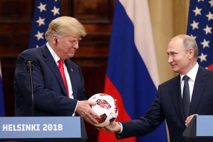 Donald Trump var nokkuð ánægður með HM-boltann sem Vladimir Pútín afhenti honum í gær.