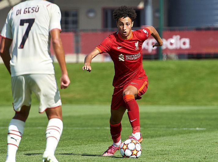 Kaide Gordon á ferðinni með unglingaliði Liverpool í leik á móti AC Milan í UEFA Youth League.