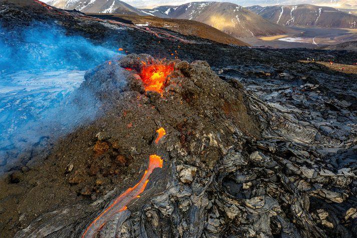 Veðuraðstæður við eldstöðina á Reykjanesi verða ekki upp á marga fiska í dag.