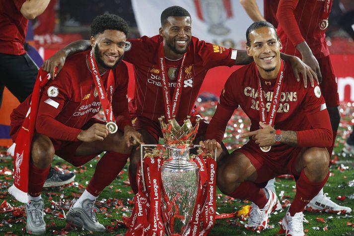 Georginio Wijnaldum fagnar Englandsmeistaratitli Liverpool með þeim Joe Gomez og Virgil van Dijk.