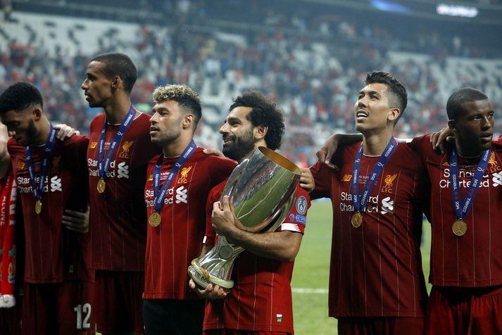 Mo Salah með Ofurbikarinn sem aðeins Liverpool hefur náð að vinna af ensku liðunum á þessari öld.