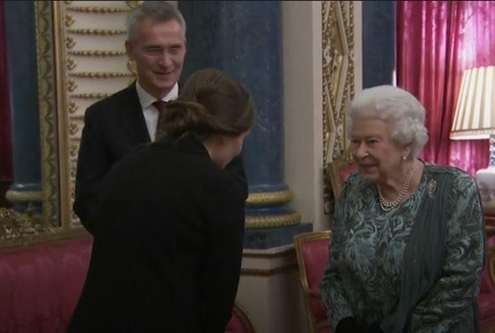Katrín heilsar hér drottningunni en við hlið Elísabetar stendur Jens Stoltenberg, framkvæmdastjóri NATO.
