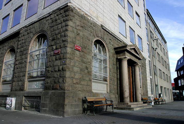 Maðurinn var handtekinn við Lækjartorg, þar sem Héraðsdómur Reykjavíkur stendur.
