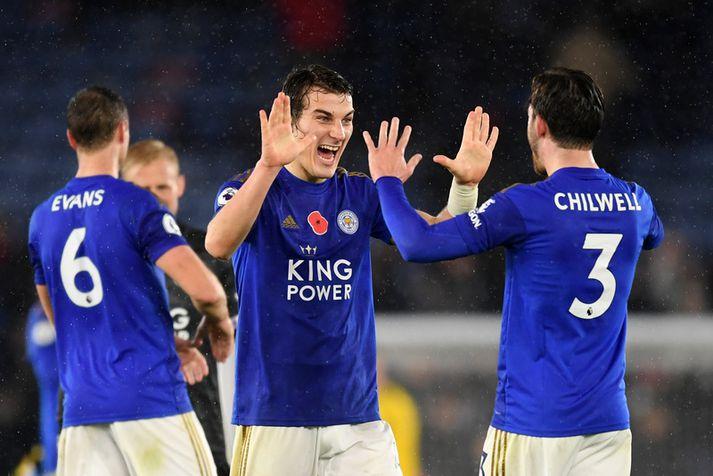 Caglar Soyuncu fagnar sigri með Leicester City.