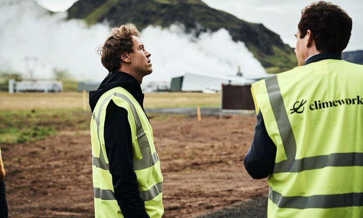Vettel virðir fyrir sér hreinsistöðina á Hellisheiðinni á miðvikudaginn.