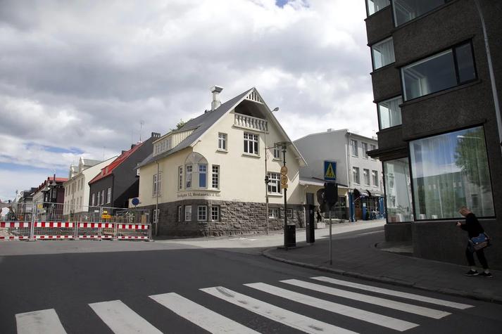 Rekstraraðilar við Hverfisgötu hafa lýst mikilli óánægju með vinnubrögð Reykjavíkurborgar.