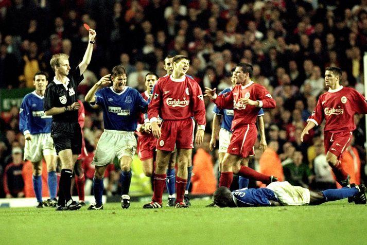 Steven Gerrard kom inn á fyrir Liverpool og fékk rautt en nafni hans varði mark Everton.