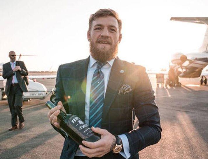 Conor með viskíið sitt sem hann hefur selt í bílförmum.