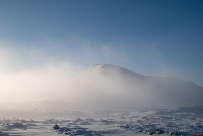 Gular viðvaranir taka gildi í hádeginu fyrir stóran hluta landsins í dag.