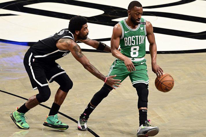 Kemba Walker í leik með Boston Celtics og er hér að spila á móti Kyrie Irving sem er annar bakvörður sem fann sig ekki hjá Celtics.