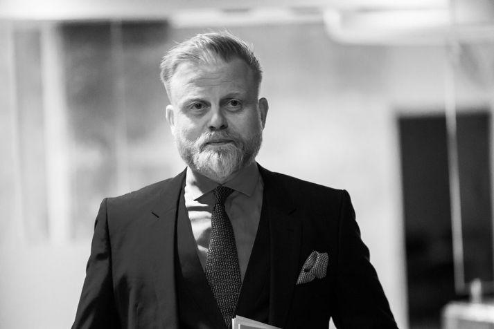Ásgeir Jónsson Seðlabankastjóri Íslands er kátur, vitnar í Nóbelsskáldið Halldór Laxness: Bráðum kemur betri tíð, með blóm í haga.