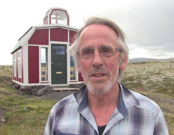 Óskar Þór Óskarsson, sem smíðaði nýju kapelluna, sem er 14,8 fermetrar að stærð og með sæti fyrir átján manns.
