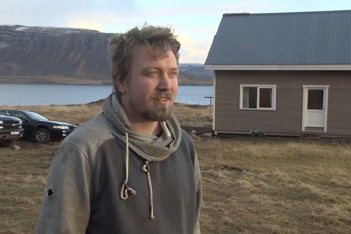 Símon Kristinn Þorkelsson húsasmiður við nýja íbúðarhús fjölskyldunnar í Kjálkafirði.