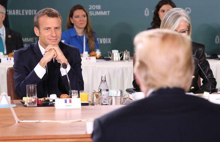 Framferði Trump í kringum G7-fundinn vakti upp spurningar um hvort hann hefði snúið baki við vestrænni samvinnu. Macron Frakklandsforseti horfir á bandaríska starfsbróður sinn sposkur á svip.
