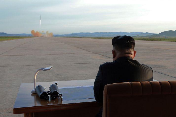Kim Jong-un, einræðisherra Norður-Kóreu, fylgist með eldflaugaskoti.