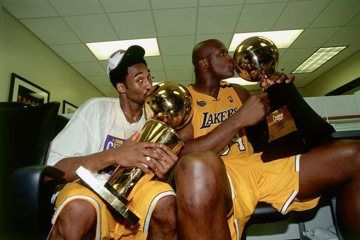Kobe Bryant og Shaquille O'Neal fagna saman eftir að Los Angeles Lakers vann NBA-deildina í júní 2000.