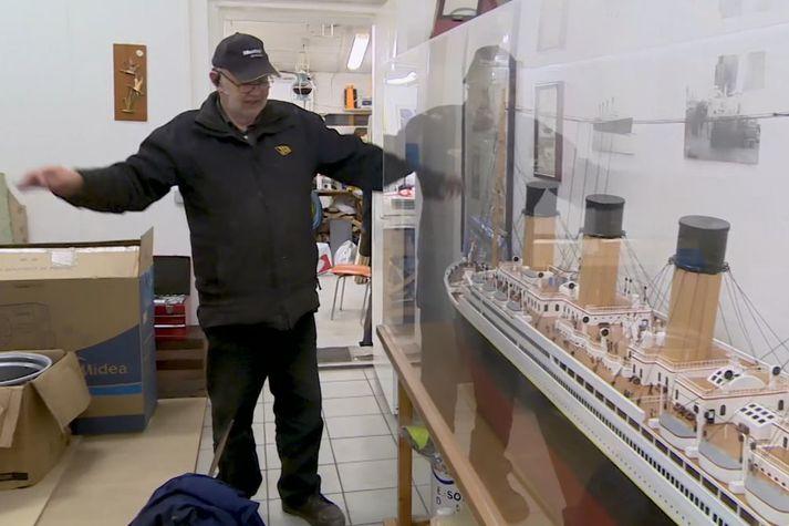 Úlfar sýnir hvernig persónurnar í Titanic-bíómyndinni láta sig svífa á stefninu. Skipslíkanið til hægri.