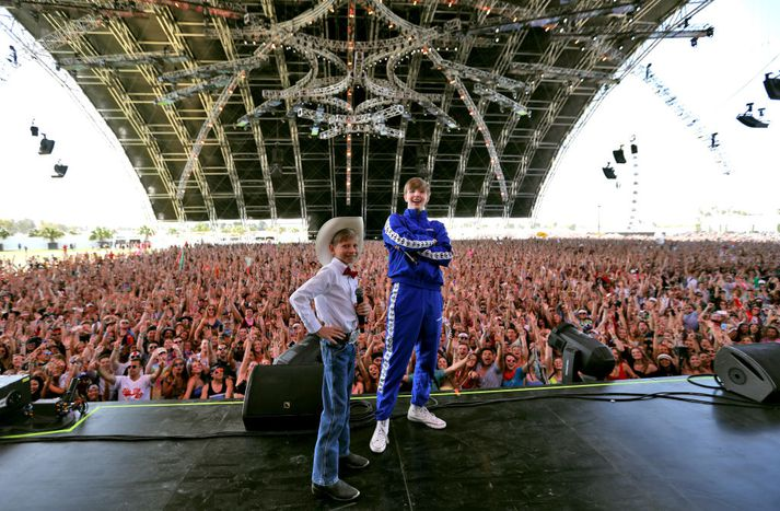 Mason Ramsey á sviðinu á Coachellahátíðinni ásamt tónlistarmanninum DJ Wethan.