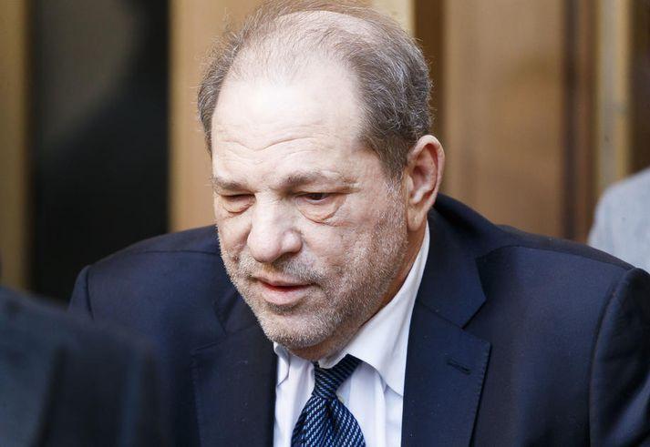 Tugir kvenna hafa sakað Harvey Weinstein, sem er 67 ára gamall, um að hafa beitt sig kynferðislegu ofbeldi eða áreitt sig kynferðislega.