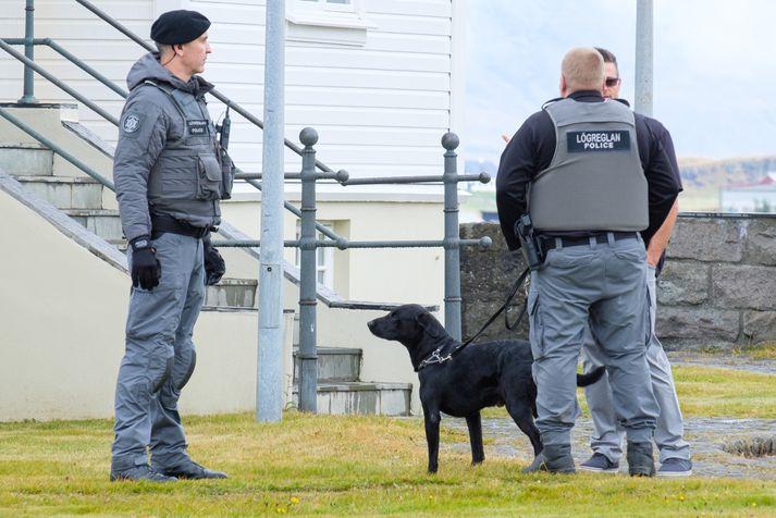 Lögreglumenn við Höfða í tengslum við heimsókn Mike Pence á þriðjudag.