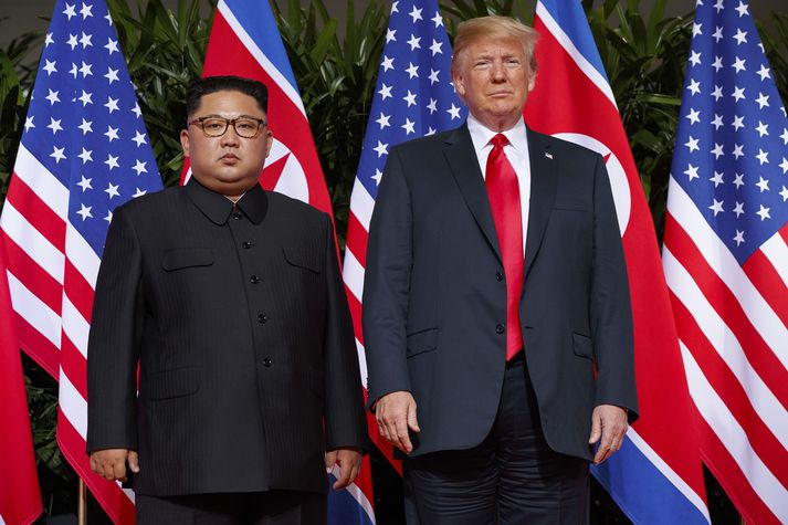 Kim Jong-Un (til hægri) og Donald Trump (til vinstri).