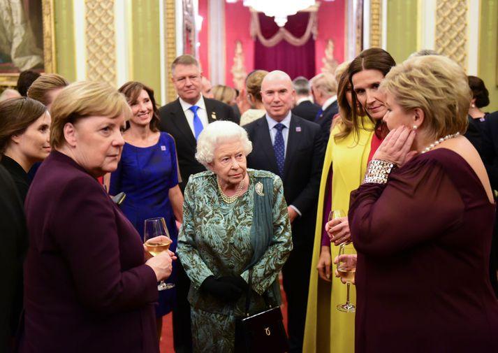 Katrín sést hér við hlið Angelu Merkel, kanslara Þýskalands, þar sem þær ræða ásamt fleiri kvenleiðtogum við Englandsdrottningu.