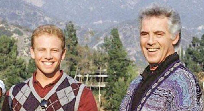 Sjónvarpsfeðgarnir Steve og Rush Sanders, leiknir af Ian Ziering og Jed Allan.