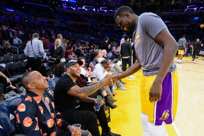 Luol Deng heilsar Flo Rida fyrir leik hjá Los Angeles Lakers liðinu í Staples Center. Deng er löngu hættur en Lakers er enn að borga honum.